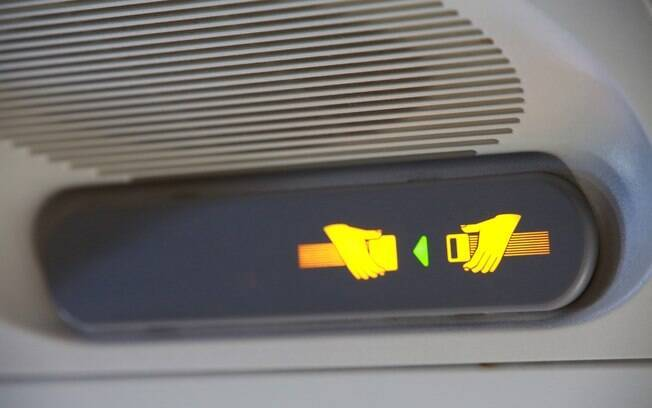 Sempre são explicadas as normas de segurança – e afivelar o cinto quando indicarem é essencial na viagem de avião