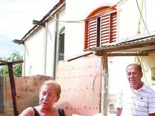Prejuízo. Local onde vivem José, 68, e a mulher, Marlene, 67, não comporta os móveis da família