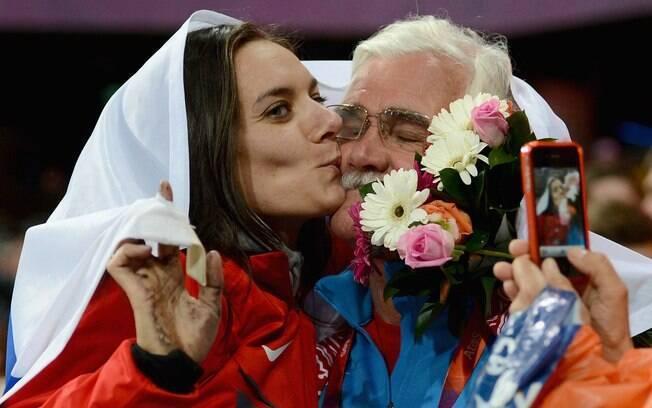 Isinbayeva beija fã no estádio Olímpico de  Londres, após conquistar a medalha de bronze