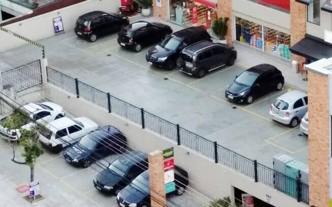 Consegue ver um carro colorido nesta foto? Sim, este é um típico cenário monocromático de estacionamento na capital paulista