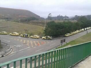 Fila de táxi ficou tão grande que chamou a atenção de quem passava pela BR-040