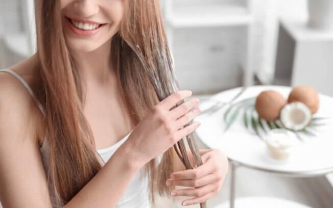 Manter os cabelos hidratados é muito importante para quem usa tinta com frequência, porque evita o ressecamento dos fios