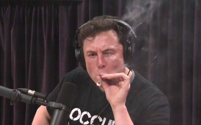 Empresário Elon Musk tragou cigarro com maconha e tabaco durante entrevista a Joe Rogan