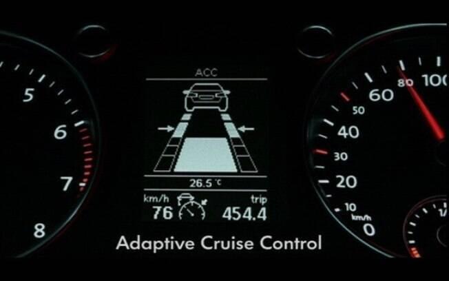 Piloto automático adaptativo mantém uma distância constante do carro que segue a frente