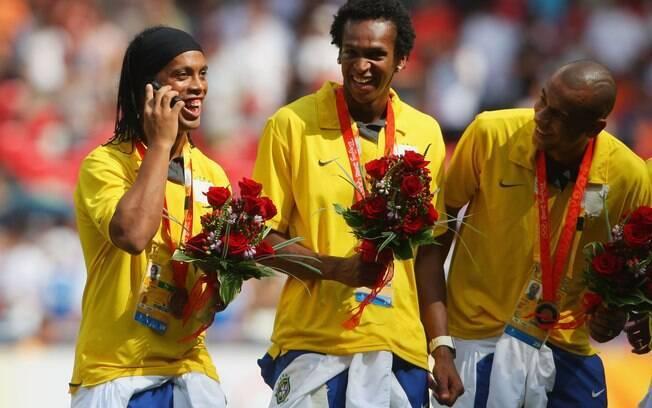 Conversa ao celular no pódio olímpico rendeu  muitas críticas a Ronaldinho