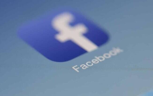 Facebook bane movimento QAnon