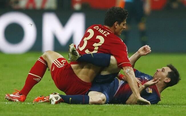 Mario Gomez tromba com Lionel Messi na  vitória do Bayern sobre o Barcelona