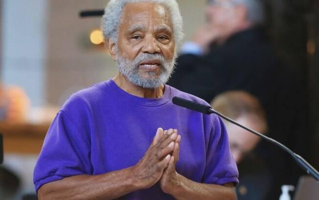 Senador estadual Ernie Chambers durante discurso contra a pena de morte em Nebraska, EUA (27/05)