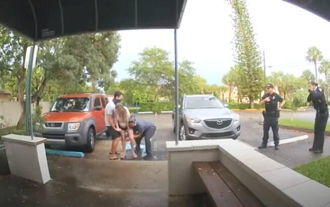 Câmeras de segurança registram momento do parto em pleno estacionamento do centro médico