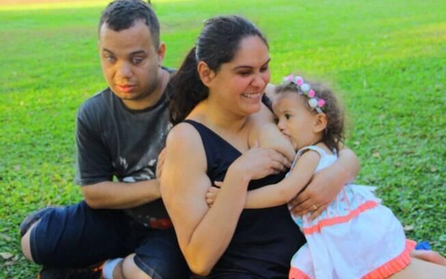 Sabrina Porto, 33 anos, é deficiente visual e conta em entrevista ao Delas como a amamentação a conecta à filha