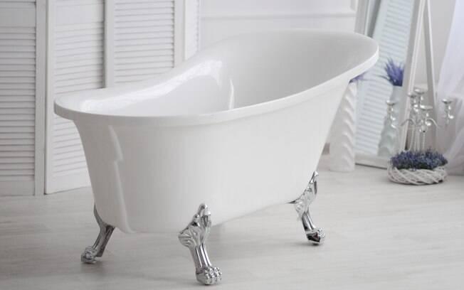 Entre as opções de materiais para a banheira, especialista explica a diferença entre elas e fala qual a melhor