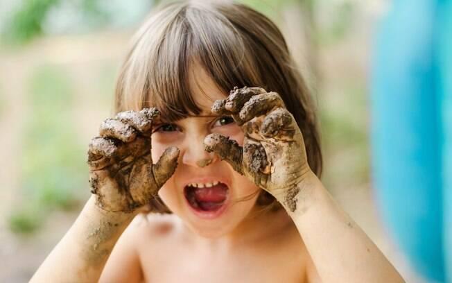 Brincar com a sujeira fortalece o sistema imunológico da criança