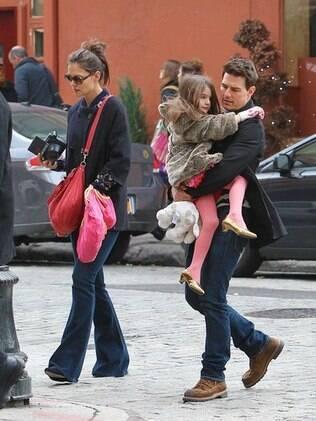De salto alto, Suri pediu o colo do pai Tom Cruise no meio do passeio