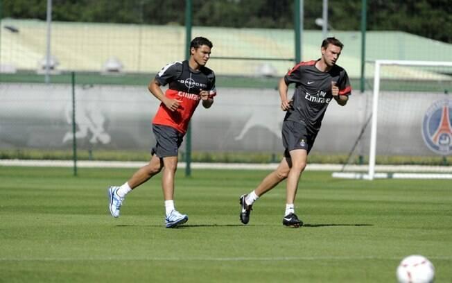 Thiago Silva corre ao lado do preparador  físico Simon Colinet