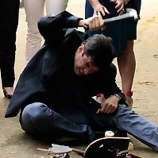 Félix não para de martelar o skate enquanto não o vê aos pedaços