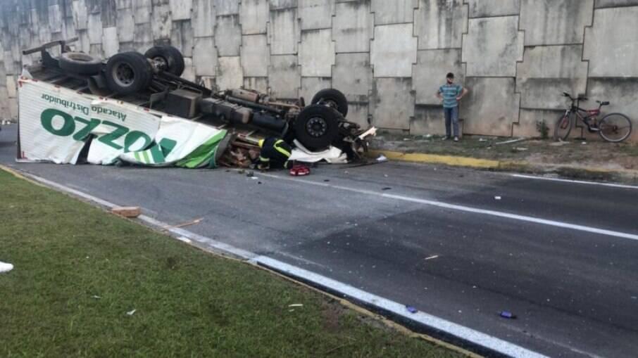 Caminhão caiu de viaduto na BR-101, em Joinville