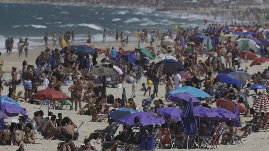 Com sol forte, praias lotam no primeiro dia de feriadão no Rio