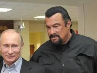 Fãs de artes marciais, Putin e Steven Seagal participam constantemente de treinamentos de atletas olímpicos do país