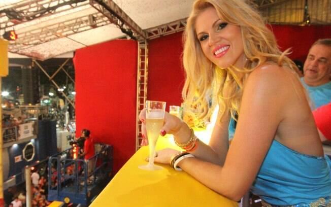 Val Marchiori joga pulseiras Chanel para foliões
