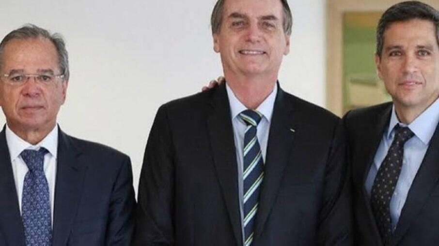 Jair Bolsonaro ao lado dos ministros que tomarão posse nesta quarta (24)