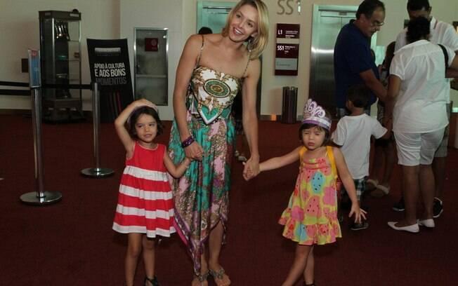 Bianca Rinaldi com as filhas gêmeas