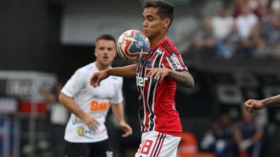 Everton Felipe em ação pelo São Paulo
