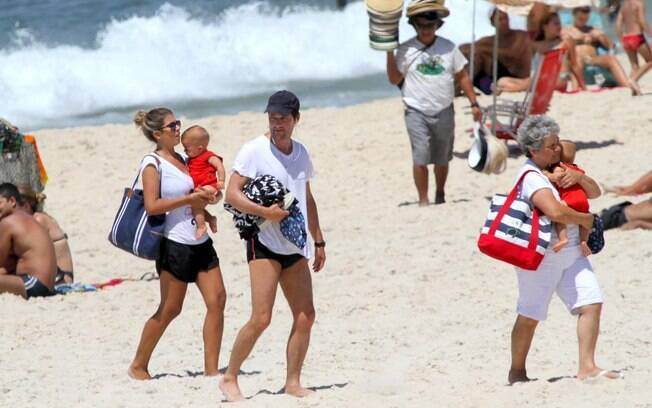 Marcelo Serrado encontra a família após caminhada na praia