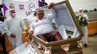 Candidato simula próprio enterro para cobrar governo na pandemia