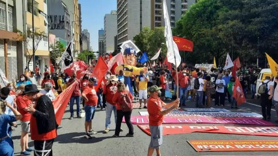 Manifestantes contrários ao governo estão reunidos no Largo do Pará.