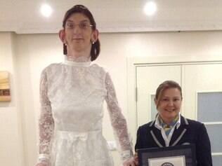MUNDO - KARABUK - TURQUIA - 11.07.2014 A jovem turca Rumeysa Gelgi , de 17 anos , recebeu na noite desta quinta-feira (10) o titulo de adolescente viva mais alta do mundo pelo Guinness World Records . Rumeysa mede 2,13 metros e foi premiada durante uma apresentacao especial em sua cidade natal de Safranbolu , Karabük , na Turquia .  FOTO : Divulgacao / Guinness World Records