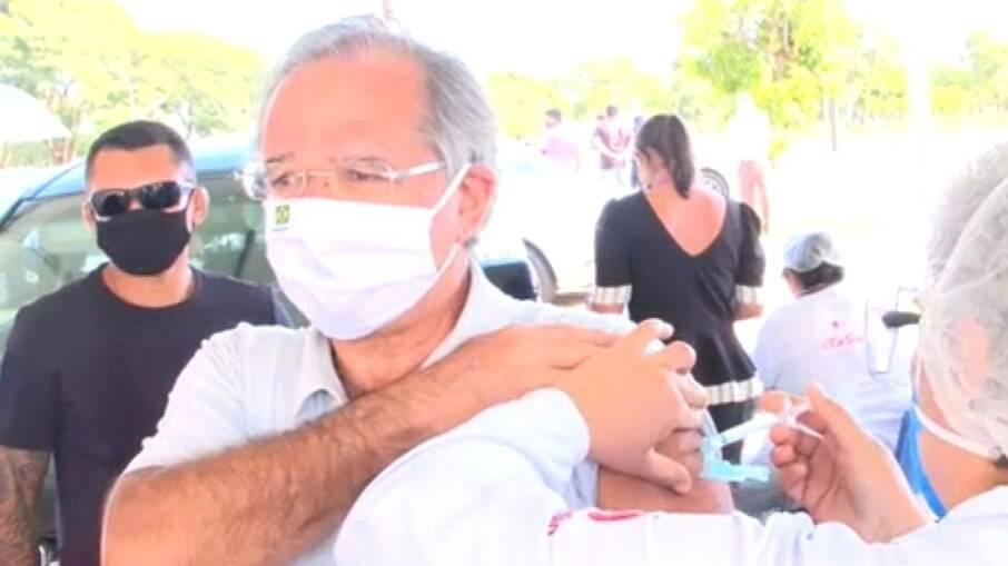 Paulo Guedes, ministro da Economia, foi vacinado com a Coronavac