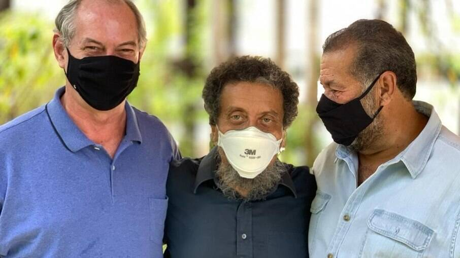 Ciro posa ao lado de João Santana, ex-marqueteiro do PT, e Carlos Lupi, presidente do PDT