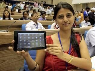 Estudante indiana mostra tablet indiano que custa pouco mais de R$ 100