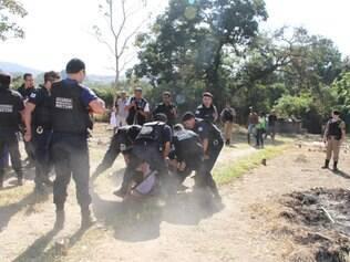 Homem foi imobilizado por vários guardas municipais durante a desocupação