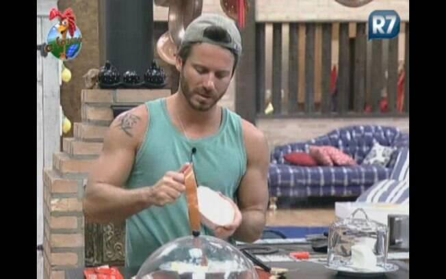 Marlon canta Exaltasamba durante o preparo do café da manhã
