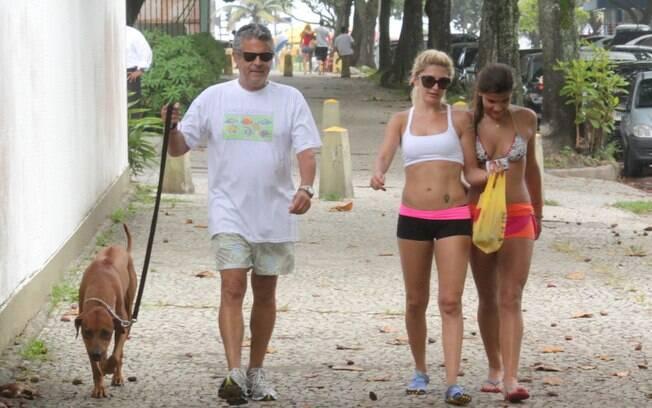 Marcos Paulo se exercita na companhia de seu mascote, da mulher e da filha