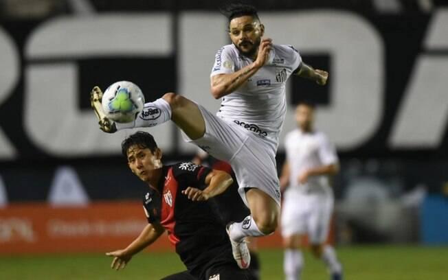 Santos enfrenta o Coritiba