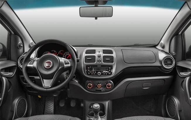 O interior tem novo tom escurecido, grafismo diferente para o painel de instrumentos e a entrada USB no painel central.