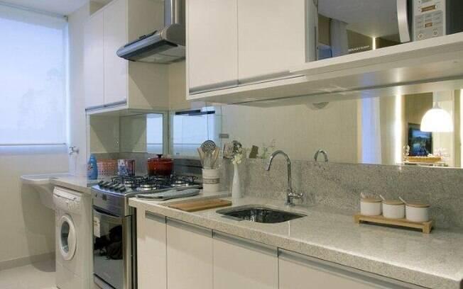 decoracao cozinha e area de servico integradas:cozinha foi integrada à área de serviço e o branco predominou na