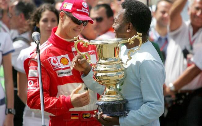 Pelé entrega troféu para Michael Schumacher no GP do Brasil de Fórmula 1 de 2006. Foto: Getty Images