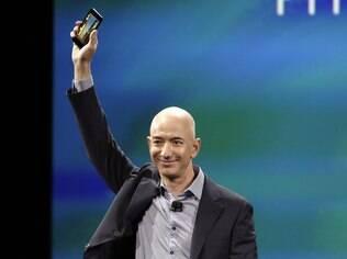 Jeff Bezos, CEO da Amazon, mostra o Fire Phone em evento