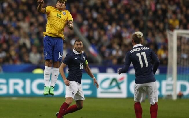 Thiago Silva se antecipa ao ataque francês e tira de cabeça pela seleção brasileira