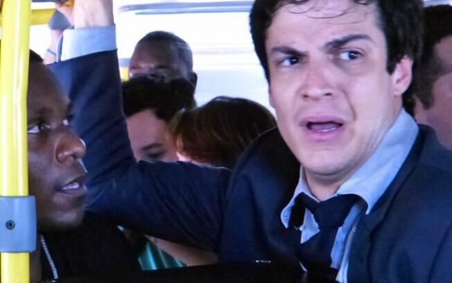 Félix não se conforma ao entrar no ônibus lotado