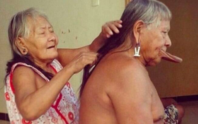Bekwika Metuktire penteando os cabelos de Raoni Metuktire