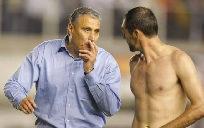 Tite e Danilo conversam na saída do campo da  Vila Belmiro em clássico contra o Santos no  Brasileiro de 2011
