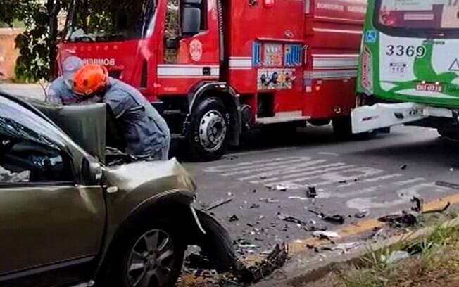 Quatro pessoas ficam feridas após carro colidir com ônibus em Campinas
