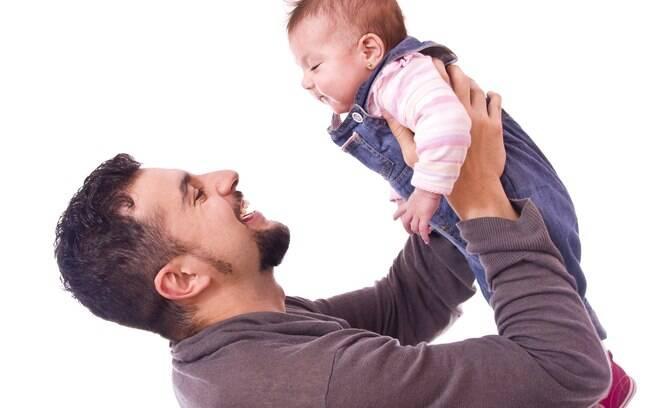 Superproteção ou descaso? Muitos ficaram em dúvida sobre o que a atitude do pai da menina de nove meses representa