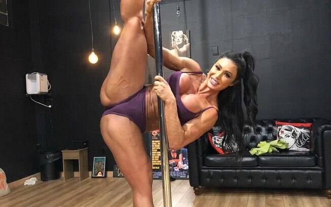 Gracyanne Barbosa exibe flexibilidade em aula de pole dance