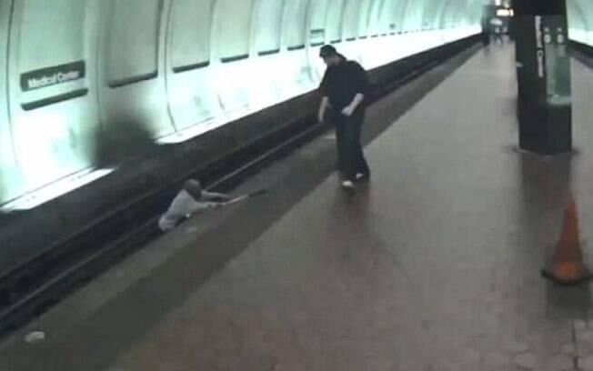 Homem cego é resgatado por passageiros depois de cair nos trilhos do metrô, nos Estados Unidos