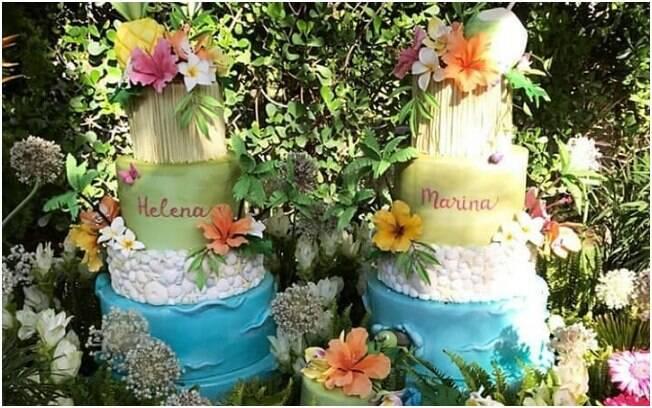 O bolo da festa tropical das filhas da cantora Ivete Sangalo teve cinco andares e foi decorado com flores e folhas